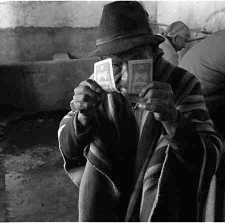 Viejo con billetes © Pedro Meyer 1985